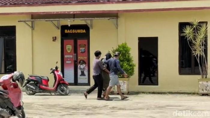 Salah seorang terduga diperiksa di salah satu ruangan di Mapolres Tanjungbalai (Ahmad FIM/detikcom)