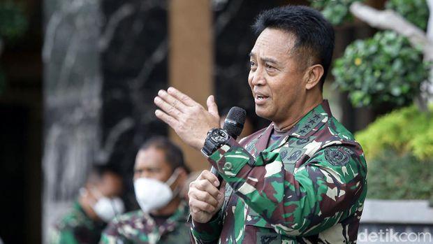 Serda (K) Aprilia Manganang didampingi oleh KASAD Andika Perkasa dan Isteri KASAD Heti Andika Perkasa menghadiri persidangan secara daring dari Pengadilan Negeri Tondano atas kasus pengajuan pergantian jenis kelamin dan pergantian nama di Mabes Angkatan Darat, Jakarta, Jumat (19/3/2021).