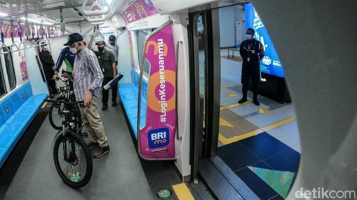 Untuk jam ketersediaan akses sepeda non lipat juga terbatas. Pada hari Senin-Jumat, sepeda non lipat tidak diizinkan masuk kereta MRT hanya di jam sibuk antara pukul 07.00-09.00 WIB dan 17.00-19.00 WIB.