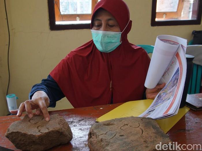 Ahli Epigrafi menganalisis tiga bata inskripsi yang ditemukan di Situs Kumitir, Mojokerto. Pada salah satu permukaan tiga bata merah itu terdapat ukiran aksara Jawa Kuno.