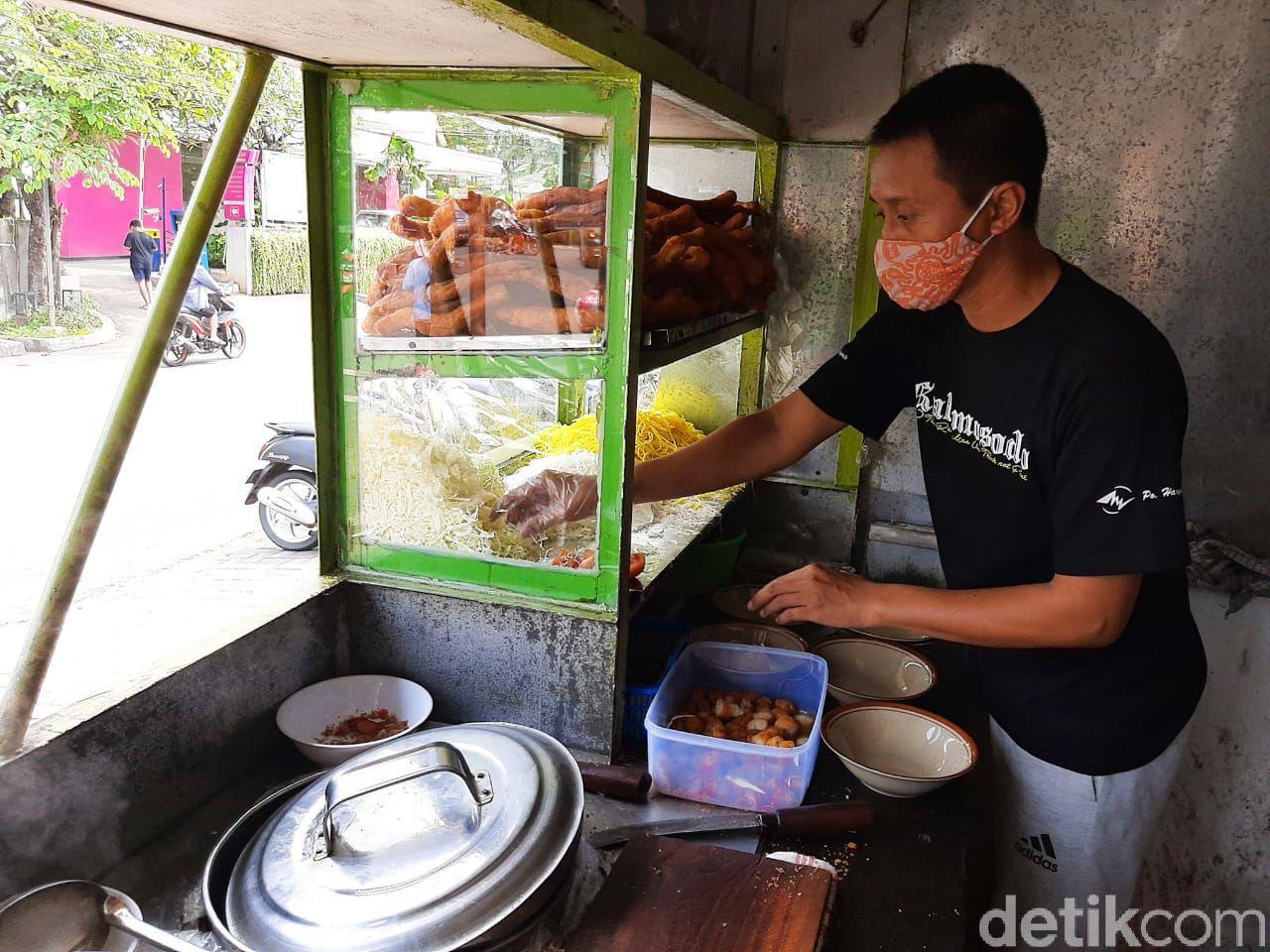 Soto Mie Puri H. Darjo, soto mie viral di Puri Kembangan yang menyajikan risol panjang 50 cm.