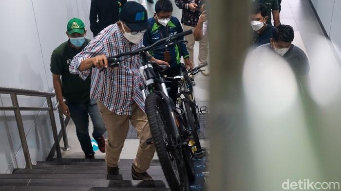 Simulasi penggunaan sepeda non lipat dilakukan langsung oleh Direktur Utama MRT Jakarta William Sabandar dari Stasiun MRT Lebak Bulus sampai Stasiun Bundaran HI.