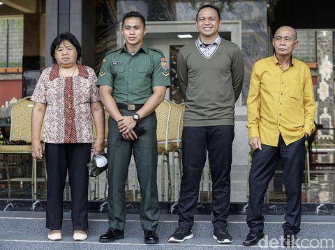 Pengadilan Negeri Tondano memutuskan status jenis kelamin Serda Aprilio Perkasa Manganang berganti menjadi laki-laki. Aprilio terlihat bahagia dengan utusan tersebut.