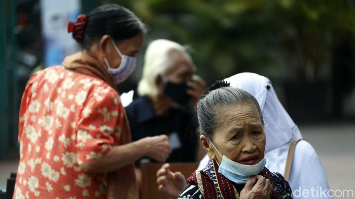Sekolah Menengah Negari (SMAN) 48 Jakarta Timur, dijadikan sebagai tempat vaksinasi COVID-19 guna mendekatkan pelayanan vaksinasi kepada warga lanjut usia (lansia).