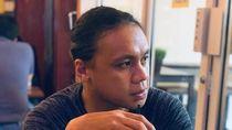 Keseruan Amasya Manganang Saat Minum Kopi dan Makan di Tepi Pantai
