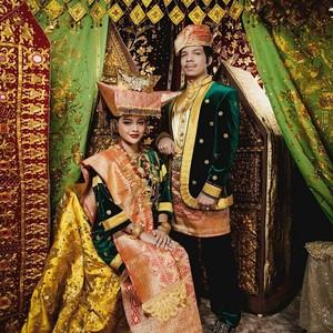10 Pernikahan Artis Indonesia Ditayangkan Langsung di TV, Terbaru Atta-Aurel