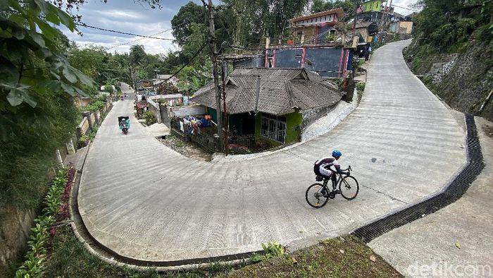 Para pesepeda terlihat melintas di kawasan perbukitan Megamendung hingga Cisarua, Bogor, Jawa Barat, akhir pekan lalu. Trek yang naik turun hingga gradien 20 persen menyita tenaga para pesepeda hobi maupun enthusiast. Lihat foto-fotonya.