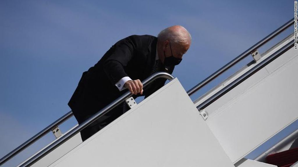Momen Joe Biden Tersandung saat Mau Naik Air Force One