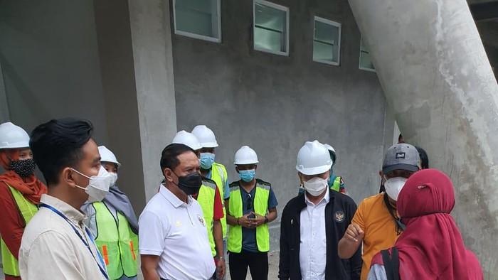 Kemenpora Tinjau Pembangunan GOR Manahan Solo bareng Walikota Solo Gibran Rakabuming, Sabtu (20/3/2021)
