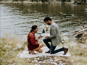 Momen Romantis Sepasang Kekasih Tak Sengaja Saling Melamar Satu Sama Lain