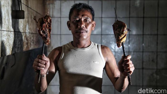 Sejumlah warga yang merupakan nasabah BRI membuat ikan asap di kawasan Desa Wonosari, Demak, Jawa Tengah, Sabtu (6/3). Sebagai daerah pesisir pantai utara (Pantura) Jawa, Demak termasuk daerah penghasil ikan laut terbesar di Jawa Tengah. Tak heran, jika banyak bermunculan aktivitas usaha di bidang pengolahan ikan, seperti halnya ikan asap.