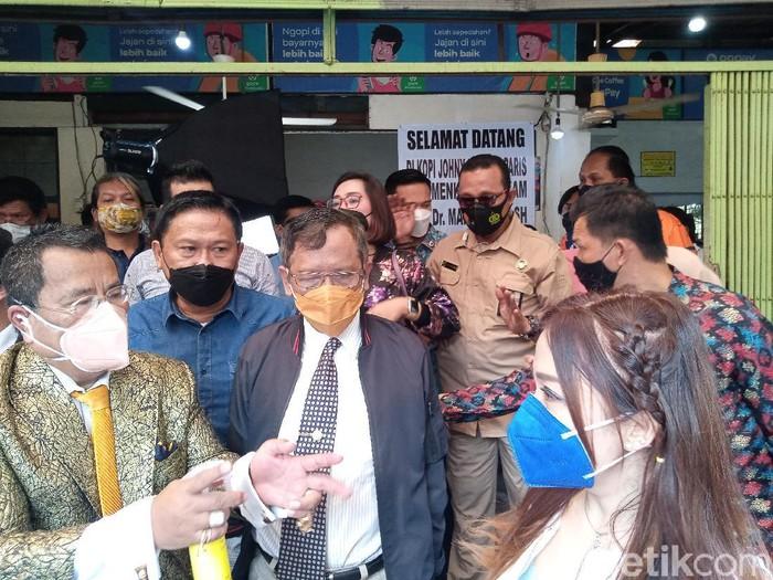 Menko Pohukam Mahfud Md mendapat keluhan dari korban UU ITE saat bertemu Hotman Paris di kedai kopi Johny (Kadek Melda/detikcom)