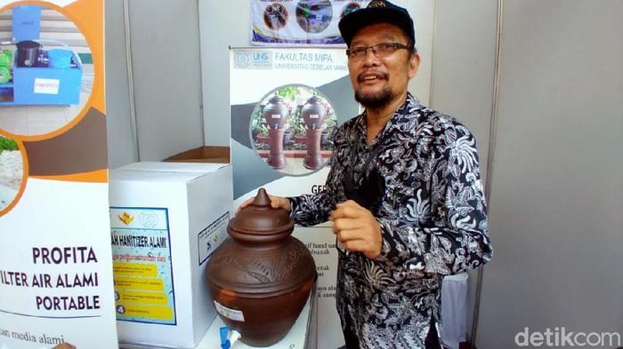 Prof Pranoto yang mengembangkan gerabah sanitizer