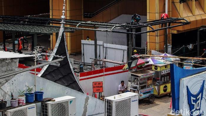Warga melintas di depan proyek penataan Stasiun Gondangdia, Jakarta Pusat, Sabtu (20/3/2021). Selain Gondangdia, Pemprov DKI Jakarta juga sedang menata 5 stasiun KRL menjadi kawasan stasiun terpadu yakni  Manggarai, Tebet, Palmerah, dan Jakarta Kota.