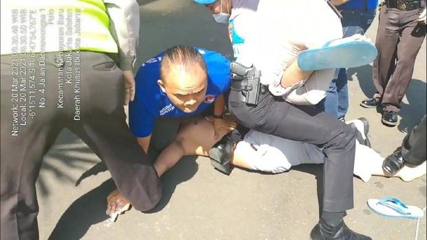 Seorang pria diamankan membawa pisau ke Mapolres Jaksel.
