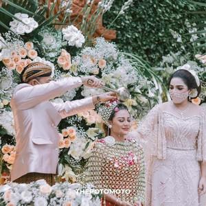 7 Potret Siraman Aurel Hermansyah, Bikin Haru Anang dan Ashanty