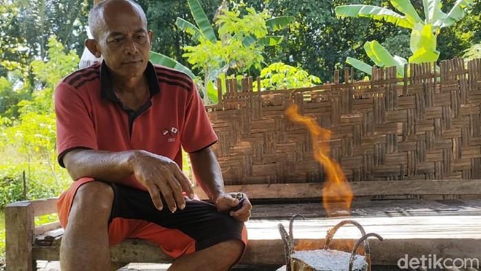 Fenomena sumber air yang bisa terbakar jika disulut api ditemukan di Dusun Dukuh, Desa Krendowahono, Kabupaten Karanganyar, Jawa Tengah. Selain itu, airnya yang berasa asin juga dipercaya warga berkhasiat menyembuhkan penyakit.
