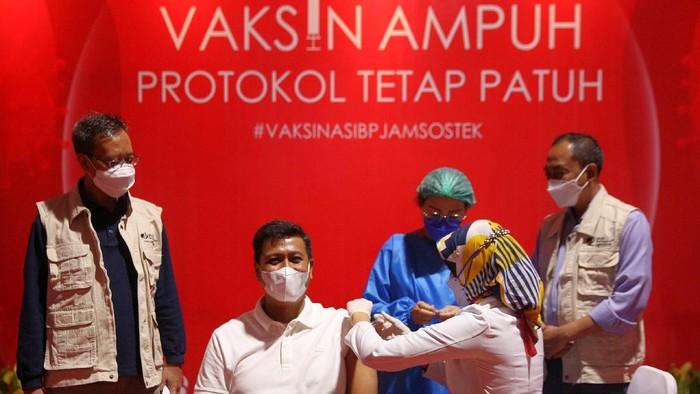 Anggoro Eko Cahyo Direktur Utama BPJAMSOSTEK menerima vaksin COVID 19 dosis pertama didampingi Sugianto Kepala Pusat Penelitian dan Pengembangan Humaniora dan Manajemen Kesehatan Kementerian Kesehatan RI dan Abdur Rahman Irsyadi Direktur Umum dan SDM BPJAMSOSTEK di Jakarta, Sabtu (20/3/2021).