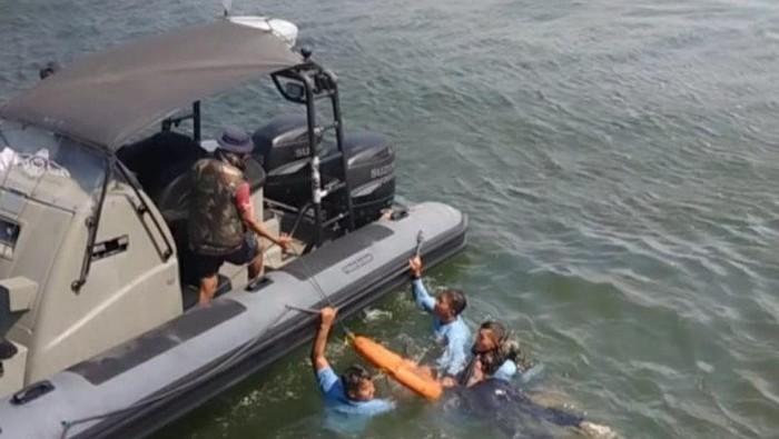 Anggota Kopaska menyelamatkan penumpang kapal tenggelam di perairan teluk Jakarta