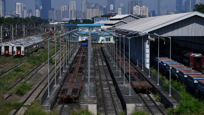 Pekerja membersihkan rumput di Depo Cipinang, Jakarta Timur, Minggu (21/3/2021). Kementerian Perhubungan menyatakan Depo Cipinang merupakan depo kereta api terbesar di Indonesia yang memiliki 28 jalur kereta, mampu merawat 144 lokomotif dan 120 gerbong kereta per hari serta dibangun di atas lahan seluas sembilan hektare dengan biaya hampir Rp500 miliar. ANTARA FOTO/Sigid Kurniawan/wsj.