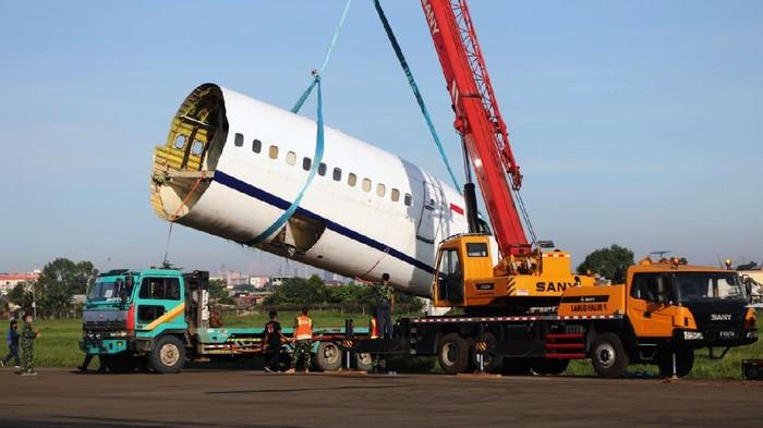 Pesawat kargo Trigana Air PK-YSF yang tergelincir di landasan pacu Bandara Halim Perdanakusuma, Jakarta, tengah dievakuasi. Badan pesawat dipotong menjadi beberapa bagian.