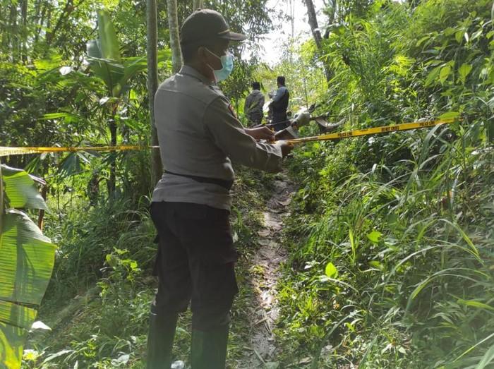 Kakek di Pasuruan ditemukan tewas istrinya. Korban menderita luka di bagian kepala diduga korban pembunuhan.