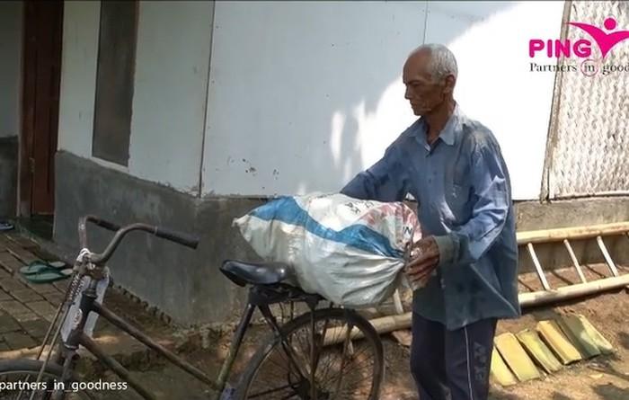 kakek pemulung bawa bekal minum air keran