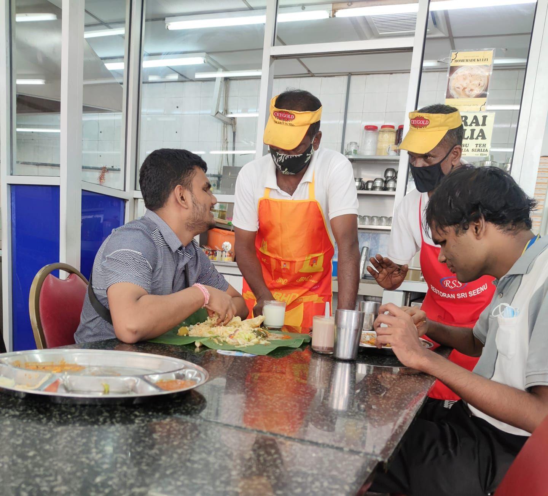 Layani Pelanggan Tunanetra dengan Tulus, Dua Pelayan Ini Banjir Pujian