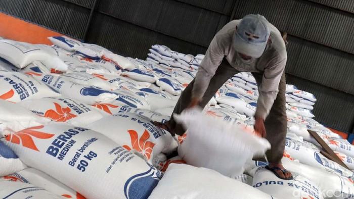 Rencana impor beras oleh mendapat penolakan oleh sejumlah pihak, termasuk dari Dirut Perum Bulog. Yuk kita lihat stok beras Bulog di gudang Cimahi, Jawa Barat.