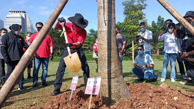 Kegiatan menanam pohon PDIP di hutan GBK, Jakarta, Minggu (21/3/2021).