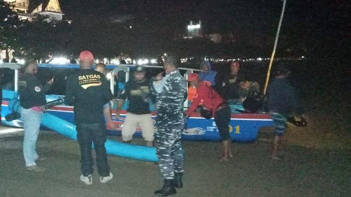 Petugas gabungan menertibkan nelayan penangkap benih lobster di Pangandaran