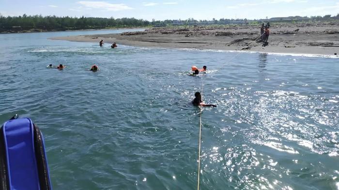 Proses pencarian bocah 9 tahun yang tenggelam di Muara Sungai Serang, Glagah, Temon, Kulon Progo, 21/3/2021