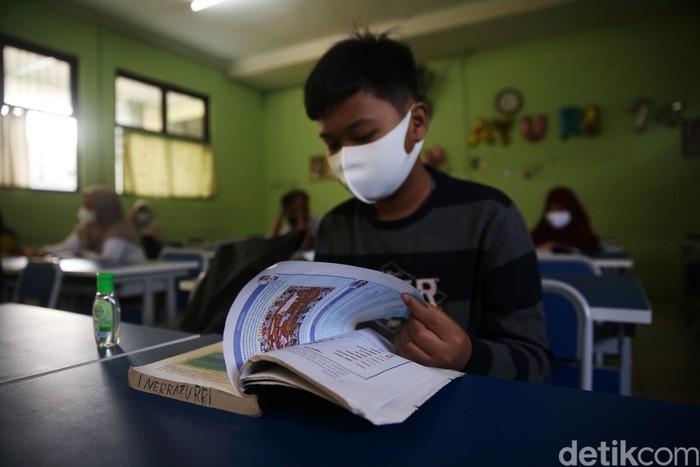 110 Sekolah di Kota Bekasi telah melakukan pembelajaran tatap muka. Salah satunya adalah SMP 2 Bekasi, Kota Bekasi, Jawa Barat.