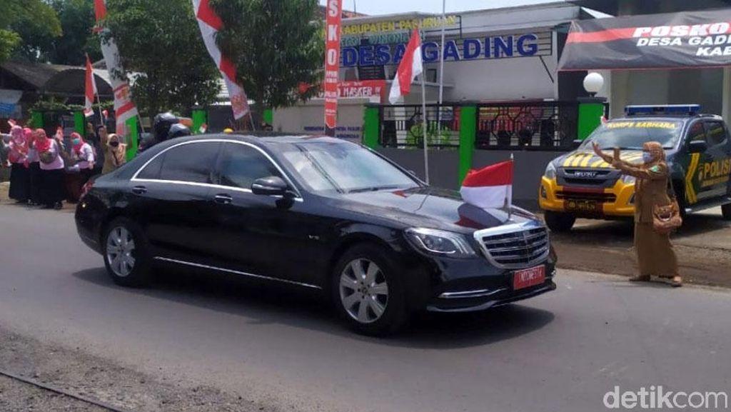 Antusias Warga Sambut Jokowi Saat Akan Resmikan SPAM Umbulan