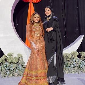 Adu Gaya Artis Dandan ala Bollywood di Henna Night Aurel Hermansyah