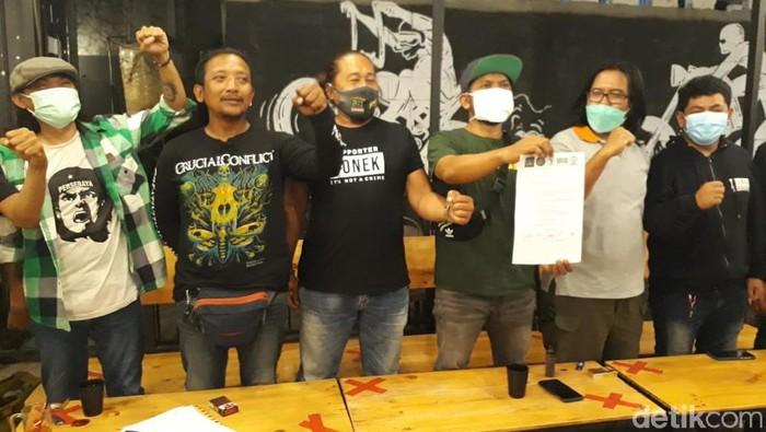 Lima ribu Bonek akan demo Pemkot Surabaya. Bonek kecewa Persebaya belum mendapat izin menggunakan Gelora Bung Tomo (GBT) dan Gelora 10 November (Tambaksari).