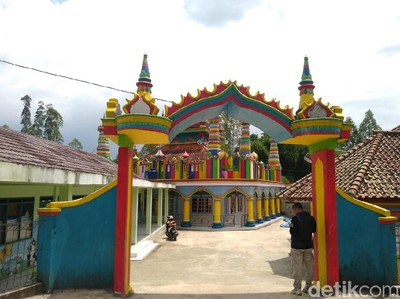 Unik, Ada Masjid Full Color di Tengah Perkampungan Garut