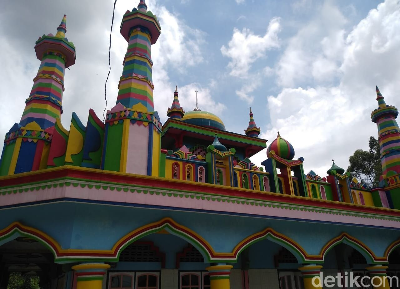 Foto Masjid Warna Warni di Garut