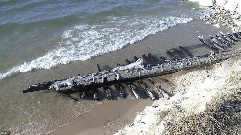 Sebuah kapal karam asal tahun 1880 muncul kembali. Hal ini akibat pasang surut air di Danau Michigan, Amerika Serikat.