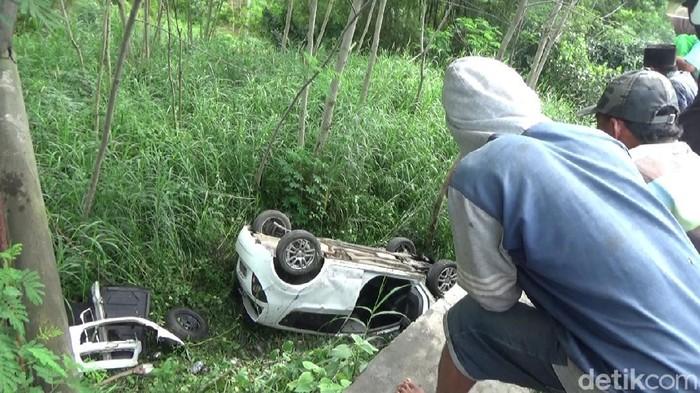 Sebuah mobil terjun dari jembatan Sungai Pancing di Desa Condro, Kecamatan Pasirian. Satu orang tewas dalam kecelakaan tersebut.
