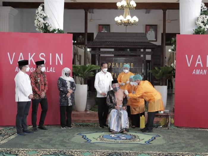 Ketua MUI Jatim KH Hasan Mutawakkil Alallah disuntik AstraZeneca