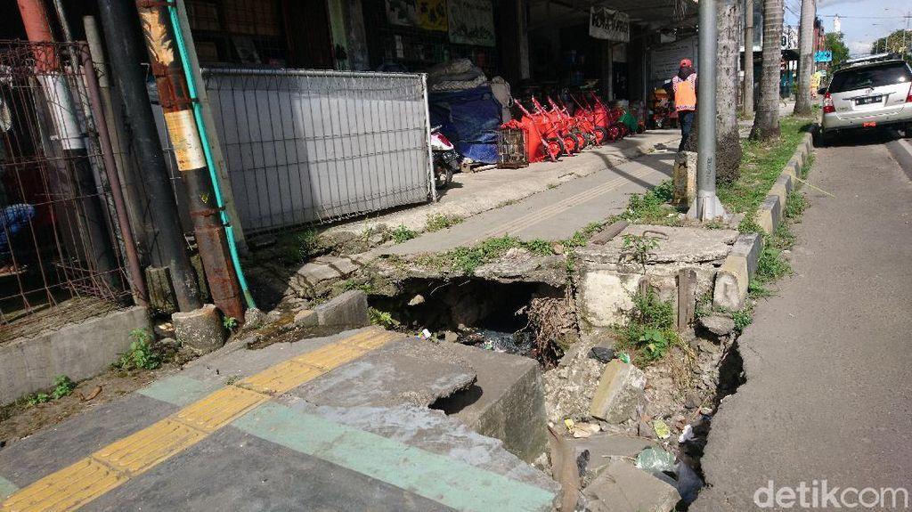 Guiding Block di Cilegon Bahayakan Tunanetra: Nabrak Tiang-Trotoar Bolong