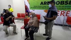 Para Lansia kini mendapat melayanan vaksinasi di mal. Salah satunya hadir di Cibubur Junction, Jakarta Timur.