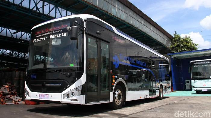 Salah satu unit bus listrik terparkir di Depo PT Transportasi Jakarta (Transjakarta), Cawang, Jakarta Timur, Senin (22/3). PT Transjakarta sebagai regulator rencananya akan mengoperasikan sebanyak 30 unit bus listrik pada saat ulang tahun Kota Jakarta bulan Juni mendatang dari target 100 unit yang akan dioperasikan