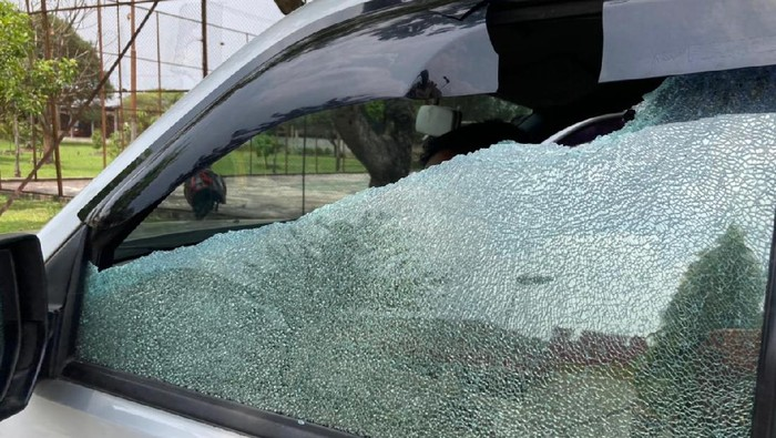 Mobil petugas diduga terkena lemparan batu (dok. Istimewa)