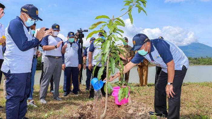 Kementerian PUPR berkomitmen mengkonservasi sumber daya air lewat gerakan penanaman pohon serentak di area infrastruktur seluruh Indonesia guna memperkuat ruang terbuka hijau dan membantu perekonomian masyarakat setempat.