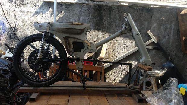 Motor listrik yang dibangun dari rongsokan Honda C70