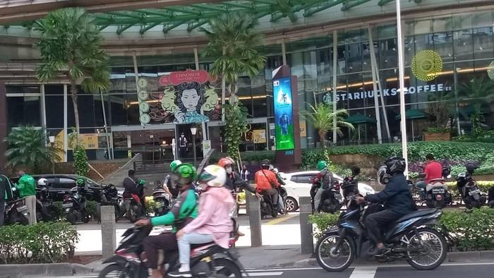 Pemotor masih putar balik di trotoar depan Kuningan City, Jakarta Selatan, Senin (22/3/2021).