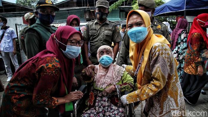 Ratusan lansia menjalani vaksinasi COVID-19 di kawasan Jakarta Utara. Seperti diketahui, lansia jadi salah satu kelompok prioritas yang menerima vaksin Corona.