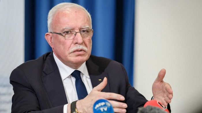 Palestinian foreign minister Riyad al-Maliki gestures during a press conference organized by Geneva Association of United Nations Correspondents (ACANU) on February 26, 2020 at the UN Office in Geneva. - Israels plan to build new settler homes in a particularly sensitive area of the occupied West Bank would destroy the prospect of a two-state solution al-Maliki said. (Photo by Fabrice COFFRINI / AFP)